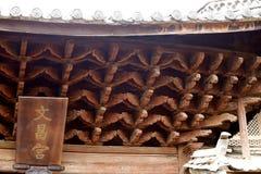 Weergeven van een tempel in het dorp van Baisha, Lijiang, Yunnan, China stock foto's