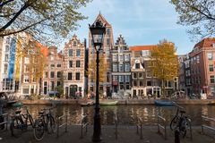 Weergeven van een typische Nederlandse architectuur in Amsterdam royalty-vrije stock afbeeldingen