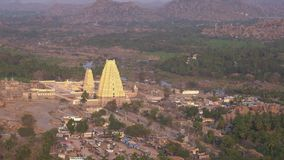 Weergeven van gopuram met een vogelperspectief stock footage