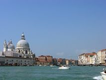 Weergeven van Grand Canal en de koepels van Santa Maria della Salute Cathedral stock foto's