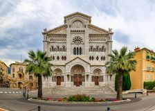 Weergeven van Heilige Nicholas Cathedral in Monaco Ville, Monte Carlo, beroemd voor de graven van Prinses Grace en Prins Rainier royalty-vrije stock fotografie