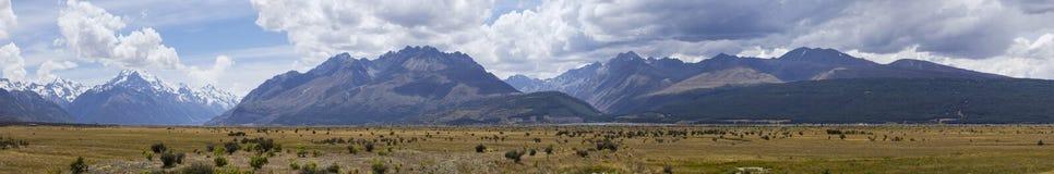 Weergeven van het alpiene hooggebergte en het plateau van Onderstel Cook stock afbeeldingen