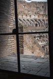 Weergeven van het binnenland van Coliseum in Rome van een binnenlands venster royalty-vrije stock fotografie