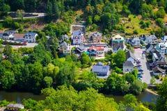 Weergeven van het dorp en de vallei van Vianden, met bergen en bos, en de Onze rivier overgang, in Luxemburg, Europa stock afbeeldingen