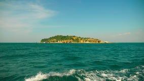 Weergeven van het eiland van het overzees Het varen voorbij het eiland stock video
