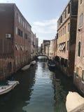 Weergeven van het kanaal in Venetië stock afbeelding