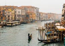 Weergeven van het Kanaal in Venetië van Rialto-brug stock foto