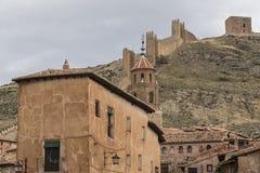 Weergeven van het kasteel van AlbarracÃn van binnenuit de stad, Teruel royalty-vrije stock afbeelding