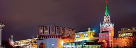 Weergeven van het Kremlin, Kutafya-toren oriëntatiepunt Stad Moskou royalty-vrije stock afbeelding