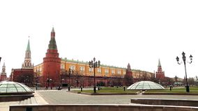 Weergeven van het Kremlin in Moskou van Manezh-vierkant in de lente stock videobeelden
