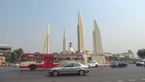 Weergeven van het Monument van Democratie, Zonnige dag Bangkok, Thailand stock footage