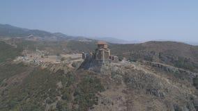 Weergeven van het mooie Dreni-klooster Jvari van een hoogte stock footage