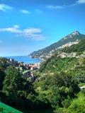 Weergeven van het mooie landschap van de Merrie van stadsvietri sul in Italië stock afbeelding