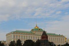 Weergeven van het motorschip aan het Grote Paleis van het Kremlin van Moskou het Kremlin in Moskou royalty-vrije stock afbeelding