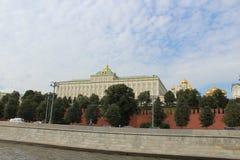 Weergeven van het motorschip aan het Grote Paleis van het Kremlin van Moskou het Kremlin in Moskou stock afbeeldingen