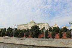 Weergeven van het motorschip aan het Grote Paleis van het Kremlin van Moskou het Kremlin in Moskou royalty-vrije stock foto's