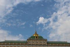 Weergeven van het motorschip aan het Grote Paleis van het Kremlin van Moskou het Kremlin in Moskou stock foto's