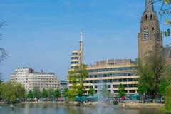 Weergeven van het openbare vierkant van Flagey op zonnige dag, Brussel stock foto