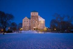 Weergeven van het oude bisschoppelijke kasteel in Februari-schemering Turku, Finland royalty-vrije stock fotografie