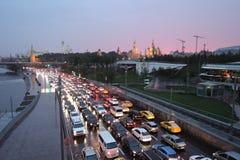 Weergeven van het park en het Kremlin van Zaryadye in Moskou bij zonsondergang stock foto