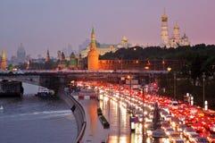 Weergeven van het park en het Kremlin van Zaryadye in Moskou bij zonsondergang stock afbeeldingen
