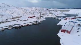 Weergeven van het polaire dorp Teriberka, Februari-ochtend luchtvideo Het gebied van Moermansk stock videobeelden