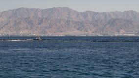 Weergeven van het Rode Overzees op Aqaba, Jordanië van de Israëlische kant stock videobeelden