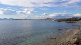 Weergeven van het strand van Athene en de stad op achtergrond royalty-vrije stock fotografie