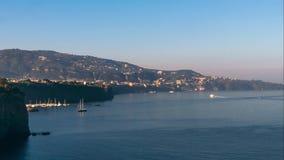 Weergeven van het strand van de kustmeta van Sorrento, reisconcept, ruimte voor tekst, timelapse, van van de baaizonsopgang, bote stock footage