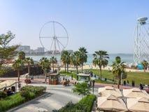 Weergeven van het strand van JBR Jumeirah Beach Residence en Bluewaters-eiland, nieuwe toeristische attractieoriëntatiepunten in  royalty-vrije stock afbeeldingen