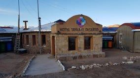 Weergeven van het Tayka del Desierto hotel bij 4.500 meters boven overzees wordt gevestigd - niveau in de Siloli-Woestijn, Bolivi royalty-vrije stock foto