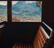 Weergeven van het treinvenster aan de bergen stock afbeeldingen