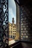 Weergeven van het uitstekende venster van de oude stad Florence, Italië royalty-vrije stock fotografie