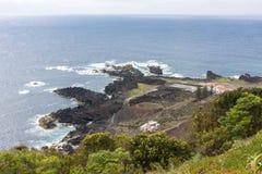 Weergeven van het vakantiehuis en de vulkaan dichtbij de Atlantische Oceaan royalty-vrije stock foto's