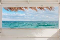 Weergeven van het venster van de bungalow op het overzeese landschap royalty-vrije stock afbeeldingen