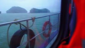 Weergeven van het venster van de passagiersboot, regenachtige dag stock footage