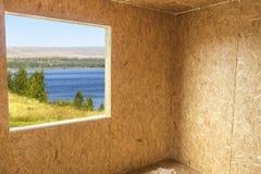 Weergeven van het venster van een huis in aanbouw stock fotografie