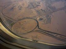 Weergeven van het vliegtuigvenster, die tot Hurghada vliegen Onder de woestijn Juli 2009 Egypte stock foto