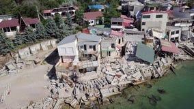 Weergeven van het vogelperspectief van de gevolgen van de grondverschuiving in de stad van Chernomorsk, de Oekraïne stock video