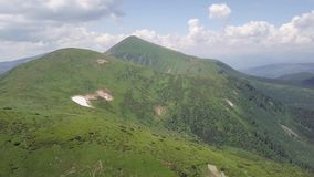 Weergeven van het vogelperspectief op een landschap van de de zomerberg carpathians ukraine stock video
