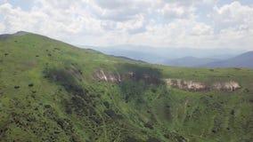 Weergeven van het vogelperspectief op een landschap van de de zomerberg carpathians ukraine stock footage