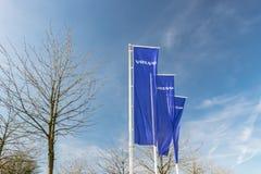 Weergeven van het Volvo-merkembleem op de vlaggen stock afbeeldingen