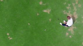 Weergeven van hierboven van een mannelijke speler die bij golf noteren stock video
