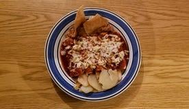 Weergeven van hierboven van een traditionele Mexicaanse schotel, rode enchiladas royalty-vrije stock fotografie