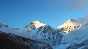 Weergeven van Himalayagebergte bij zonsondergang met Everest-piek aan het eind van video stock videobeelden