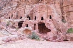 Weergeven van hol bij straat van voorgevels in Petra Red Rose City, Jordanië royalty-vrije stock foto