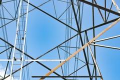 Weergeven van Hoogspannings elektrische pool op blauwe hemelachtergrond stock fotografie