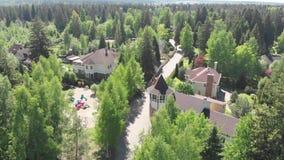 Weergeven van hoogte priv? woningbouw in een pijnboombos in Rusland stock footage