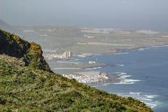 Weergeven van Isla Baja Low Island van het omringen van bergen Noordwestenkust van Tenerife, Canarische Eilanden royalty-vrije stock foto's