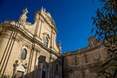 Weergeven van Kathedraal Maria Santissima della Madia in Monopoli, gebied Puglia, Italië royalty-vrije stock afbeelding